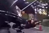 Thanh niên nhảy lên capo, dùng đầu đập vỡ kính chắn gió để ăn vạ